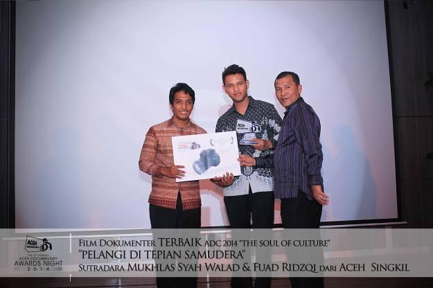 """Film Dokumenter Pelangi di Tepian Samudera sutradara Mukhals Syah Walad & Fuad Ridzqi dari Aceh Singkil menjadi Pemenang Film Terbaik ADC 2014 """" The Soul Of Culture """"   The 2nd Annual Aceh Documentary Awards Night 2014."""